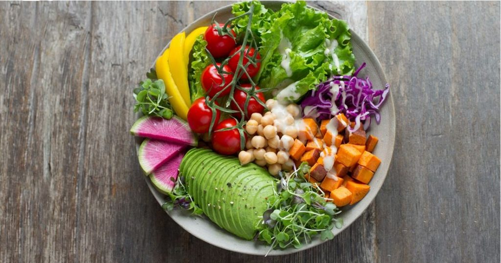 bunter Salat-Teller